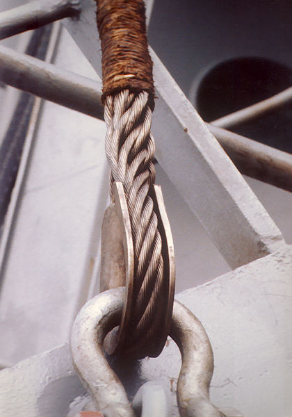 ปลายของลวดสลิงที่เข้าหัวแบบ eye splice ที่ใช้ในเรือขนส่งสินค้าพันด้วยเชือกปอหลังจากการเข้าหัวเพื่อช่วยป้องกันมือของลูกเรือเวลาใช้งาน